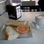 Desayuno café tostadas de tomate café Trattoria Pappone