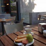Desayuno terraza café y tostada tomate Museo Arqueológico Nacional