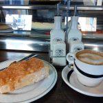 Desayuno tostada de pan de hogaza con tomate sidrería balmori desayunar en madrid