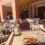 Desayuno tostada tomate en terraza Roscaffe