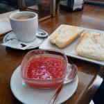 Desayuno tostadas con tomate cafetería medranda madrid chamartín