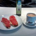Desayuno tostadas con tomate la repera