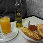 Desayuno tostadas con tomate y zumo cafetería santillana desayunar en madrid