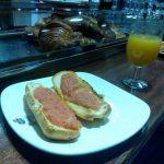 Desayuno tostadas con tomate y zumo de naranja cafetería gobolem desayunar en madrid