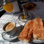 Desayuno tostadas con tomate y zumo regalo terraza sotoverde santa engracia madrid
