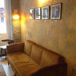 Interior sofá cafetería la piola desayunar en madrid